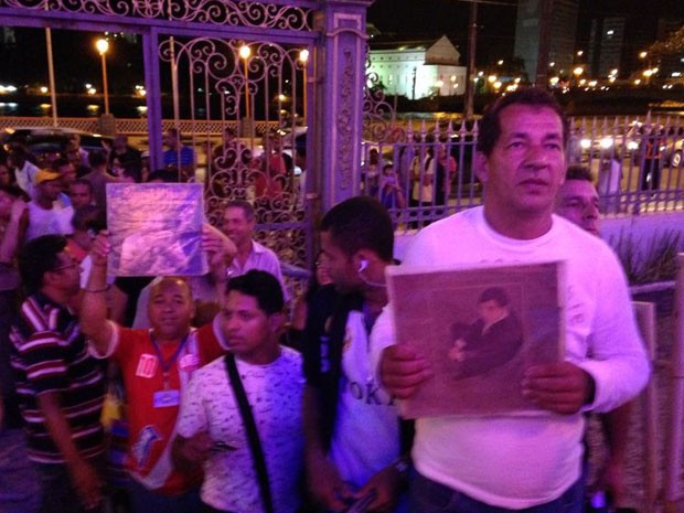 Fãs enfrentam fila no Centro do Recife para se despedir do artista (Foto: Débora Soares/G1)