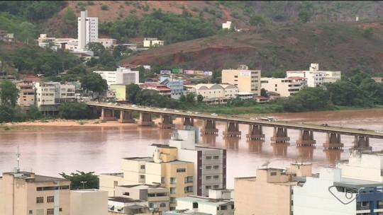 Nível do Rio Doce chega a 2 m em Colatina, ES, e lama preocupa