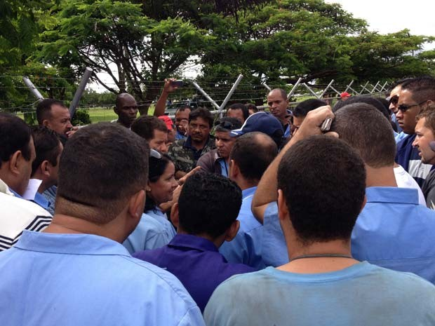Rodoviários reunidos com membros do sindicato em frente a uma garagem da Viplan, no Distrito Federal, nesta segunda (23) (Foto: Lucas Salomão/G1)