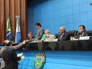 Deputados durante sessão nesta terça-feira (17) (Foto: Roberto Okamura/ALMS)