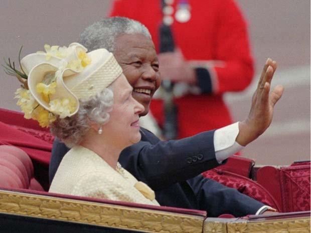 Rainha Elizabeth II encontra o então presidente da África do Sul, Nelson Mandela, durante sua visita a Londres em julho de 1996 (Foto: AP Photo/Louisa Buller, File)