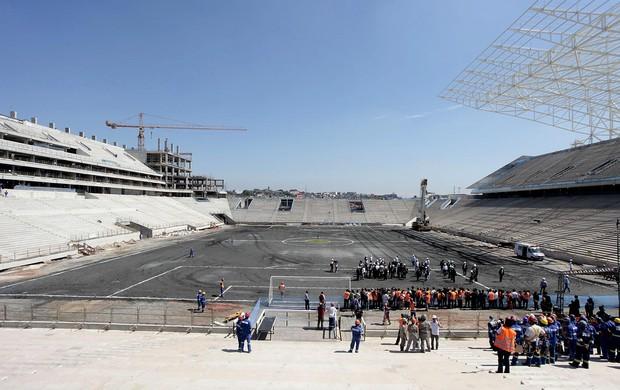 Comitiva da Fifa e integrantes do Comitê Organizador Local (COL) da Copa do Mundo de 2014 visitam as obras do futuro estádio do Corinthians (Foto: Miguel Schincariol / Agência Estado)