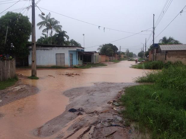 Chuva deixa ruas do Infraero 2 alagadas, impedindo tráfego de veículos (Foto: John Pacheco/G1)
