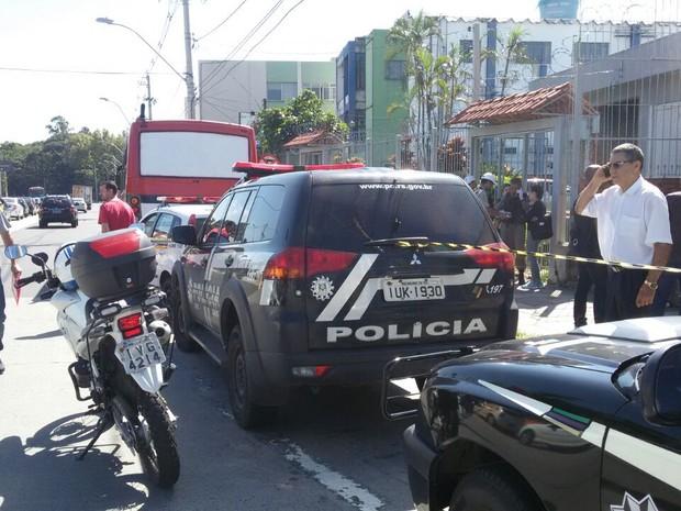 Local foi isolado após homem tentar assaltar passageiros de lotação em Porto Alegre (Foto: Juliano Chimenes/RBS TV)