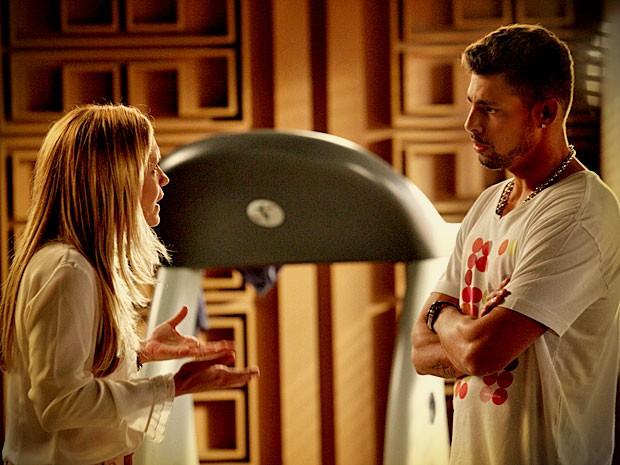 Jorginho não consegue acreditar no que Carminha conta de Rita (Foto: Avenida Brasil/ TV Globo)