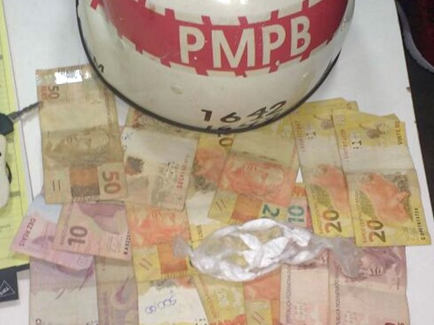 Dinheiro e cocaína foram apreendidos com um dos presos no Muriçocas do Miramar (Foto: Capitão Deuslânio/Polícia Militar da Paraíba)