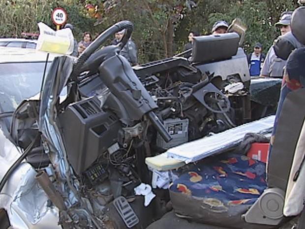 Frente do veículo foi arrancada para retirar motorista (Foto: Reprodução / TV TEM)