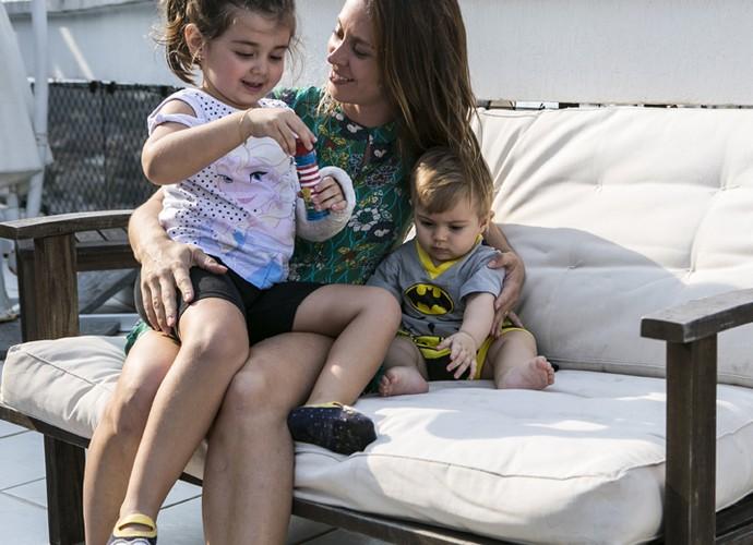 Dani Monteiro mostra que consegue dar atenção para os dois filhos (Foto: Inácio Moraes/Gshow)