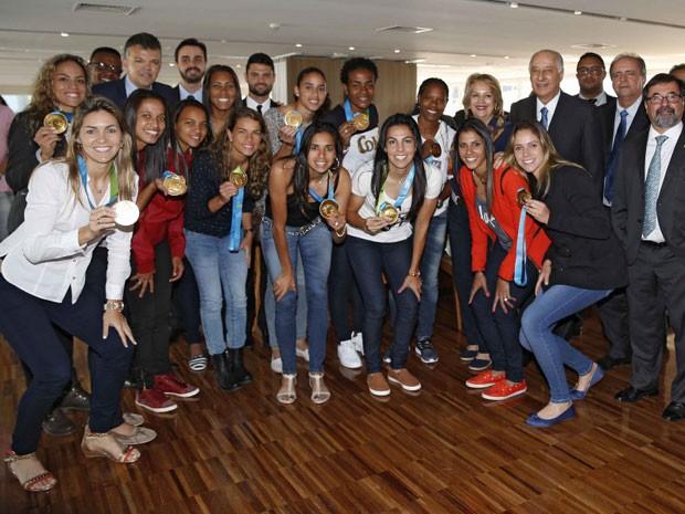 Tamires e as jogadoras do Brasil participaram de cerimônia na CBF com as medalhas na quinta-feira (Foto: Rafael Ribeiro / CBF / Divulgação)