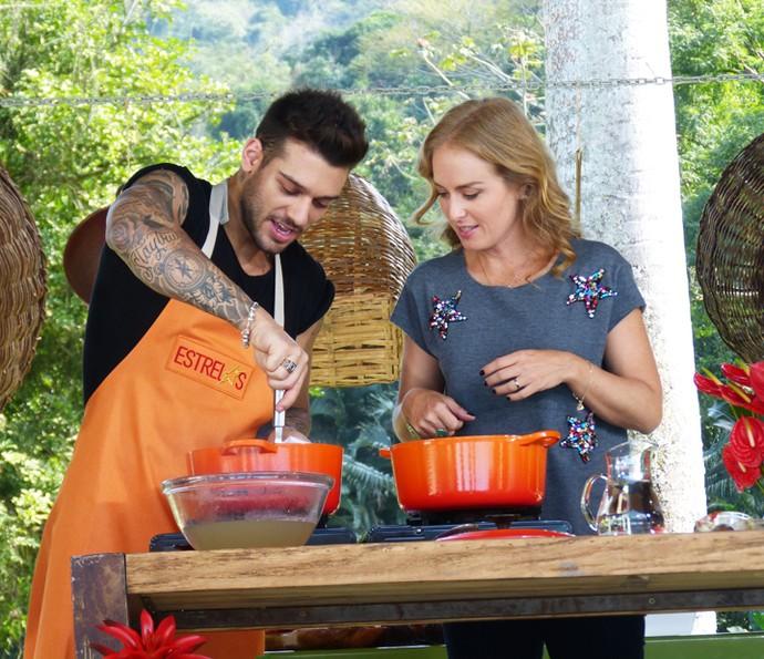 Lucas Lucco cozinha para Angélica (Foto: Gshow)