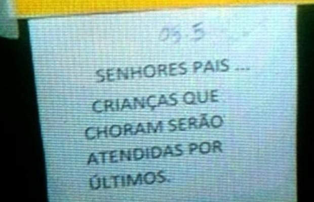 Cartaz causa revolta em mães em posto de saúde de Rio Verde, em Goiás (Foto: Reprodução/ TV Anhanguera)