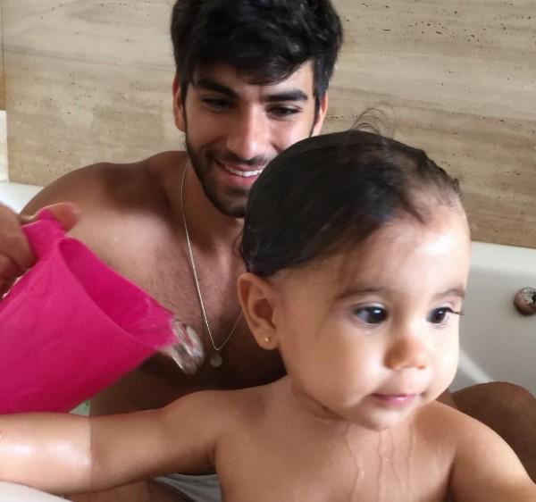 Hugo Moura posta foto de banho em Maria Flor (Foto: Reprodução )