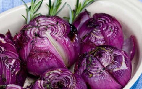 Cebola roxa assada com manteiga e ervas: veja a receita de Carolina Ferraz