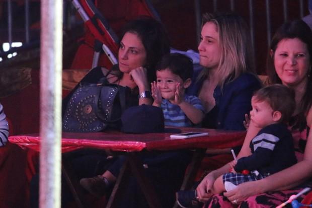 Fernanda Gentil com a namorada e o filho (Foto: Fabio Moreno/Agnews)