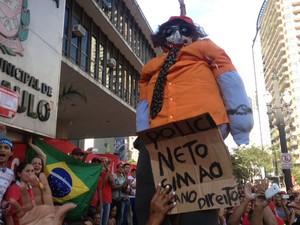 Boneco representando o vereador Police Neto (Foto: Lívia Machado/G1)