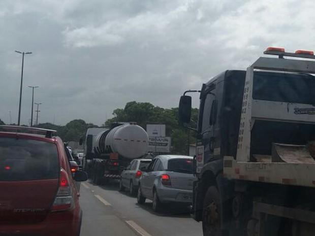 Trânsito na BR-135 ficou complicado por causa do acidente que matou duas pessoas (Foto: Alessandra Rodrigues/Mirante AM)