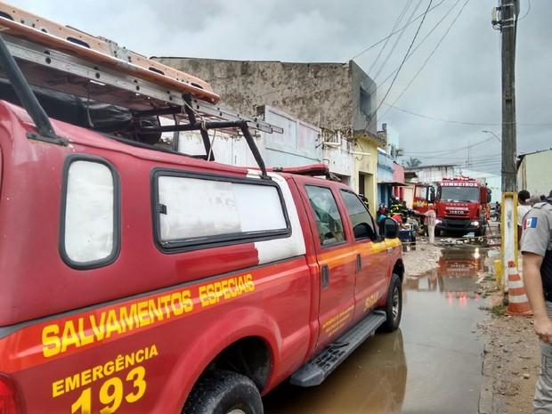 Bombeiros foram acionados para conter as chamas (Foto: Karina Dantas/G1)