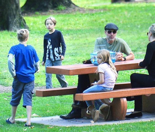 Filhos de Pitt e Jolie passeiam com o tio (Foto: The Grosby Group)