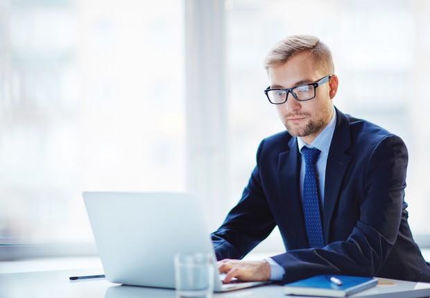 carreira, trabalho, terno, óculos, gerente, promoção, executivo, notebook, internet (Foto: Thinkstock)
