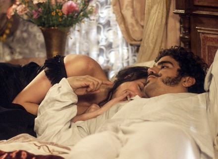 Domitila vive romance com Pedro e passa a ser alvo de Elvira