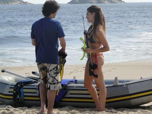 Que sereia! Valentina tenta distrair Dinho e o convida para pescar! (Foto: Malhação / Tv Globo)