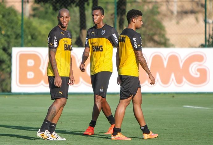 Jô e jogadores do Atlético treinando na Cidade do Galo (Foto: Bruno Cantini)