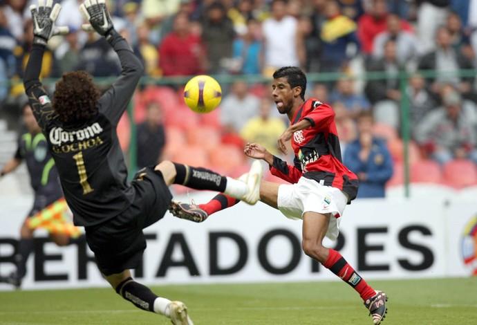 Leo Moura, America do México x Flamengo (2008) (Foto: Agência o Globo)