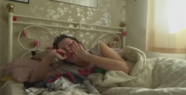 Beth Goodier, britânica que sofre da síndrome de Kleine-Levin (SKL), também conhecida como a síndrome da Bela Adormecida (Foto: Reprodução/BBC)