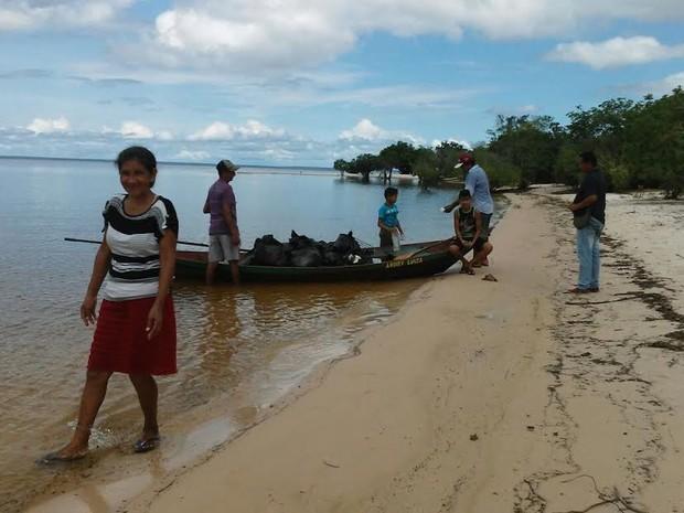 Foram utilizadas canoas que fizeram o transporte do lixo em áreas de difícil acesso.  (Foto: Maria Raimunda Alves/Semat)