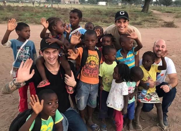 Reynaldo Gianecchini entre crianças de Moçambique (Foto: Reprodução/Instagram)