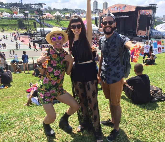 Renan marca presença no Lolla com salto alto, roupa florida e muitos acessórios (Foto: Aline Nunes/Gshow)