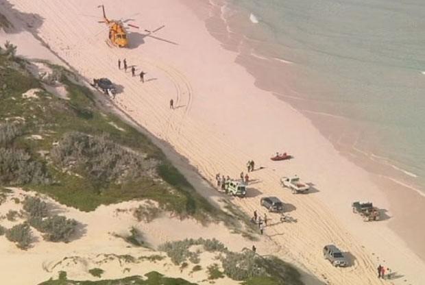 Equipes de resgate trabalham na ilha de Wedge, local do ataque de tubarão a surfista neste sábado (14) na costa da Austrália (Foto: AP)