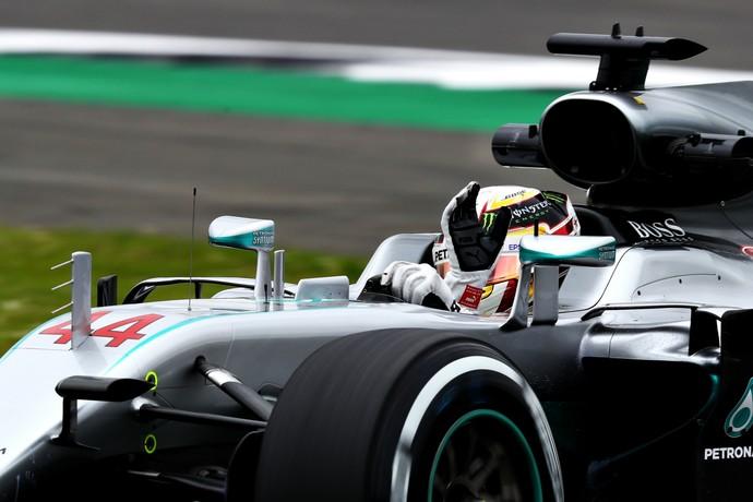 Lewis Hamilton acena para torcida em 1º treino livre para GP da Inglaterra (Foto: Getty Images)