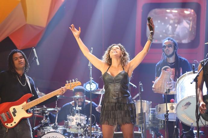 Daniela Mercury se empolga no palco do 'Altas Horas' (Foto: Carol Caminha/Gshow)
