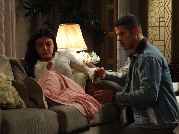 Sandra se preocupa com sua gravidez ao sentir forte cólica (Foto: Boogie Oogie/TV Globo)