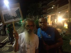 Manifestantes pedem saneamento para a Rocinha (Foto: Luís Bulcão/G1)