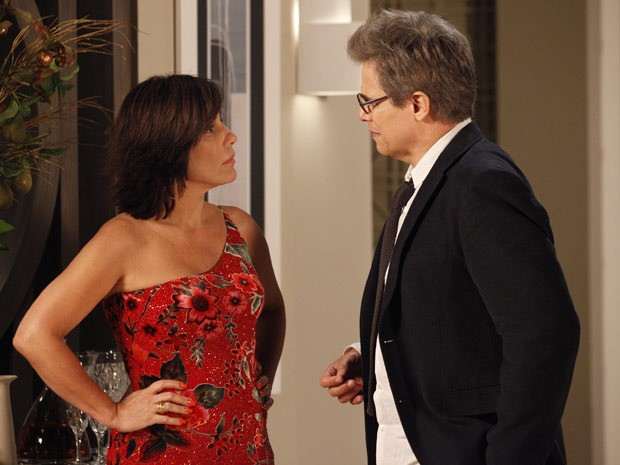 Felipe fica cheio de amores para cima de Roberta, que não entende nada (Foto: Guerra dos Sexos/TV Globo)