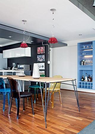 A cozinha foi aberta para aumentar o living, onde o morador dá muitas festas (Foto: Maíra Acayaba/Casa e Jardim)
