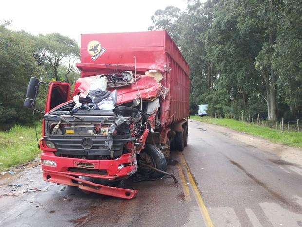 Colisão entre ônibus e caminhão deixa mortos e feridos em Guaíba, RS (Foto: Marcelo Thiel/RBS TV)