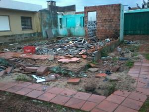 Residência de madeira foi completamente destruída (Foto: Arquivo Pessoal)