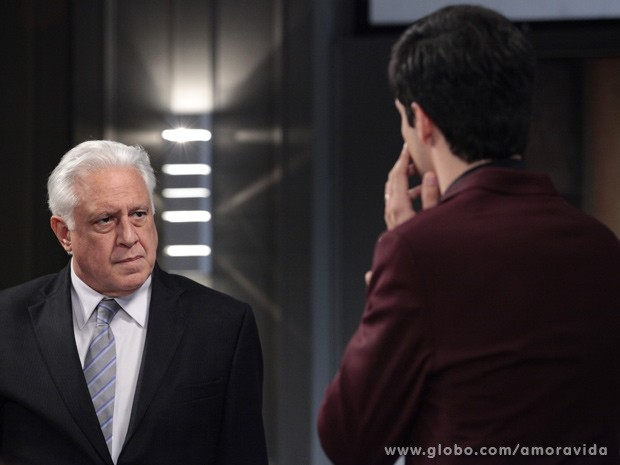 César proíbe Félix de entrar no hospital (Foto: Amor à Vida / TV Globo)
