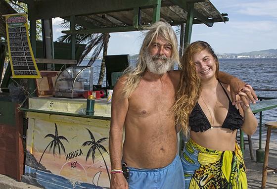 Markinho Bathera, paquetaense de 57 anos, com sua filha Rayanne. Markinho é ecotaxista, baterista e dono de quiosque na praia da Imbuca, no sul da ilha  (Foto: © Haroldo Castro/Época)