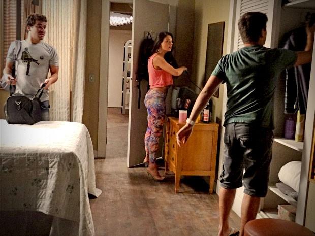Leandro chega na casa de Roni de mala e cuia (Foto: Avenida Brasil / TV Globo)