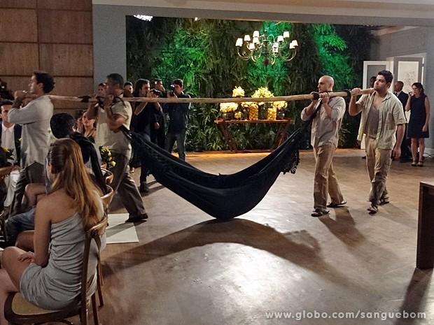 Entrada triunfal de Damáris! Que loucura!  (Foto: Sangue Bom / TV Globo)