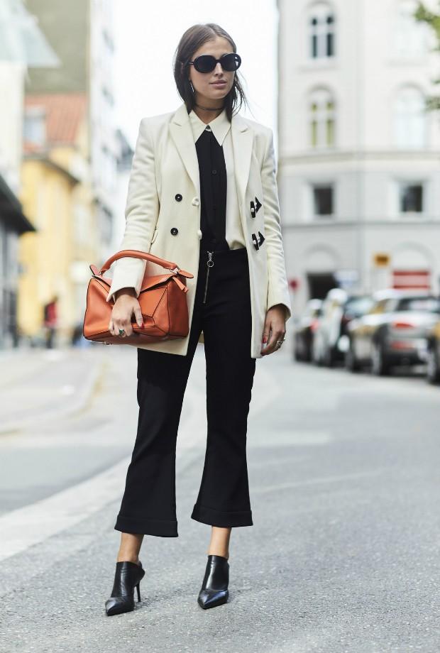 Aposte na calça social cropped e varie o sapato para criar looks com diferentes pegadas (Foto: Imaxtree)