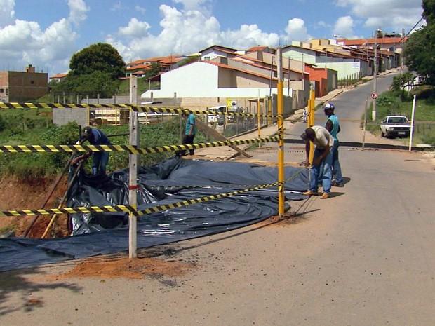 Trabalhadores da Prefeitura de Lavras interditam a ponte que liga os bairros Vale do Sol e Vila Rica (Foto: Reprodução EPTV)