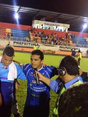 Diego Siqueira comemora vitória do Espigão diante do Ariquemes (Foto: Paula Casagrande)