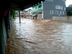 Chuva provocou enchente na cidade (Foto: Reprodução/ EPTV)