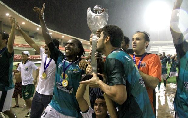 Jogadores do Coruripe comemoram o título com a taça nas mãos (Foto: Ailton Cruz/ Gazeta de Alagoas)