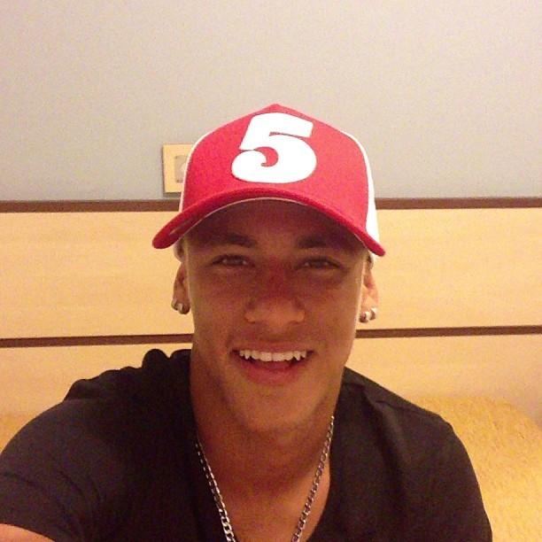 Neymar recebe presente de Rio Ferdinand (Foto: Reprodução  / Instagram)